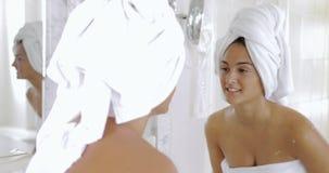 准备在镜子前面的女孩 股票录像