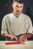 准备在餐馆厨房里设置的生鱼片 免版税库存照片
