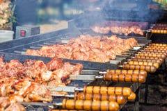 准备在BBQ格栅的肉在煤炭 库存照片