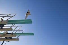 准备女性的游泳者潜水跳板 库存照片