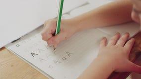 准备她的英国家庭作业的小女孩 影视素材