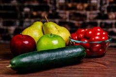 准备好一个列阵的果子和的Vegtables为沙拉或锡被切开 库存图片