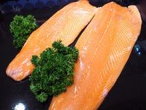 准备好三文鱼的内圆角烹调 库存照片