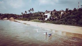 准备好两个海浪的女孩一个海浪会议在斯里兰卡 免版税库存图片