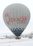 准备好五颜六色的热空气的气球游人飞行在神仙的烟囱 免版税库存图片