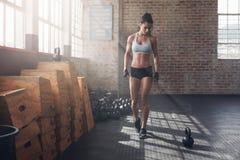 准备好健身的女性强烈的crossfit锻炼 免版税库存照片
