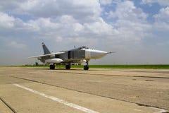 准备好军事的喷气式歼击机飞行 免版税库存图片
