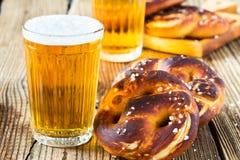 准备好刷新的啤酒喝和新鲜的巴法力亚椒盐脆饼 库存照片