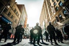 准备好史诗小组的警察在问题的情况下起反应与Prote 免版税图库摄影
