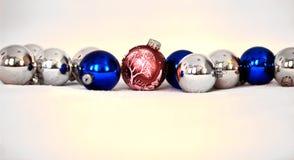 准备好圣诞节的球被投入在树 库存图片