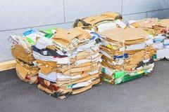 准备好堆的纸和的纸板被回收 免版税库存图片