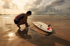 准备好女子的冲浪者冲浪在海滩 库存照片