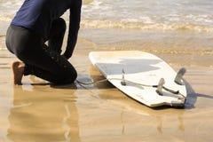 准备好女子的冲浪者冲浪 免版税库存图片