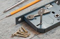 准备好家庭框格的锁由锁匠适合 免版税库存照片
