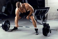 准备好年轻的运动员crossfit deadlift训练 库存照片