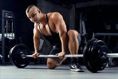准备好年轻的运动员crossfit deadlift训练 免版税库存图片
