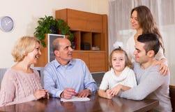 准备好愉快的家庭成员签署银行业务文件 免版税库存照片