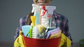 准备好愉快的清洁服务的雇员开始工作,正面工作态度 影视素材