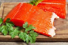 准备好新鲜的三文鱼的内圆角烹调 库存照片