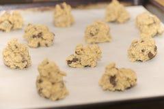 准备好未加工的巧克力曲奇饼面团的球被烘烤在o 库存图片