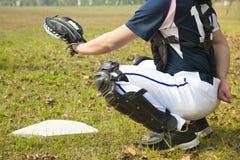 准备好棒球的俘获器拿到球在本垒板 库存图片