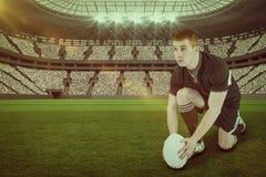 准备好橄榄球球员的综合的图象做与3d的一个反弹球射门 免版税图库摄影