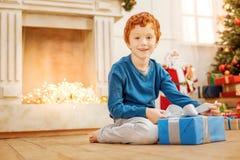 准备好激动的孩子打开圣诞节礼物 库存图片