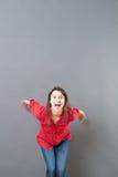 准备好激动的30s的妇女跳跃表达幸福感 免版税库存图片