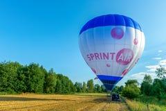准备好热空气的气球离开 免版税库存图片
