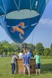 准备好热空气的气球被举 图库摄影