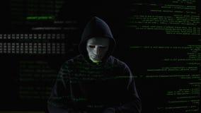 准备好白色的面具的黑客工作,与malware代码的攻击的系统 股票视频