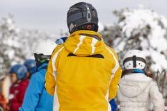 准备好的人们滑雪 蓝色覆盖天空雪棍子 滑雪雪体育运动跟踪冬天 库存图片
