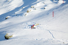 准备好的人们冬天山路线 免版税库存照片