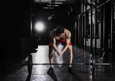 准备好的人crossfit训练 举重运动员特写镜头  库存照片