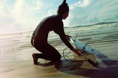准备好的冲浪者冲浪在海滩 免版税库存照片