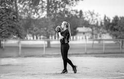 准备好的十几岁的女孩投快球 库存图片