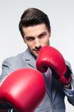 准备好的商人战斗与拳击手套 免版税库存图片
