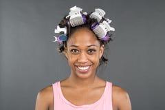 准备好的女孩与在她的头发的卷发的人 免版税库存照片