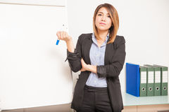 准备好的女实业家写在委员会 免版税库存照片