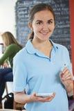 准备好的女服务员接受在咖啡馆的命令 免版税图库摄影
