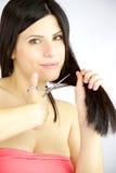 准备好的妇女剪她长的被破坏的头发 图库摄影