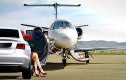 准备好的妇女对上一个私人喷气式飞机 库存照片