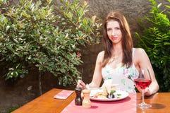 准备好的妇女饮用午餐和酒在大阳台 库存照片