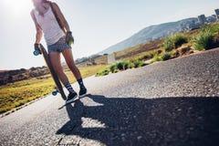 准备好的妇女去longboarding 免版税库存图片