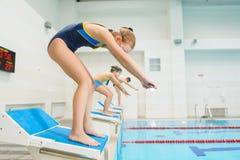 准备好的孩子跳进体育游泳池 开玩笑运动 免版税图库摄影