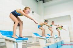 准备好的孩子跳进体育游泳池 开玩笑运动 免版税库存照片