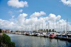 准备好的小船在小游艇船坞公园,福伦丹,荷兰航行 免版税库存照片