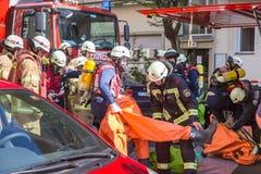 准备好的消防队员干预在化工事故地点 库存图片