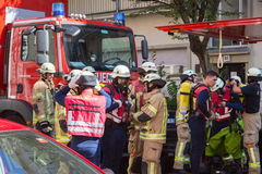 准备好的消防队员干预在化工事故地点 免版税库存照片