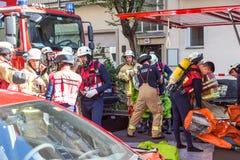准备好的消防队员干预在化工事故地点 库存照片
